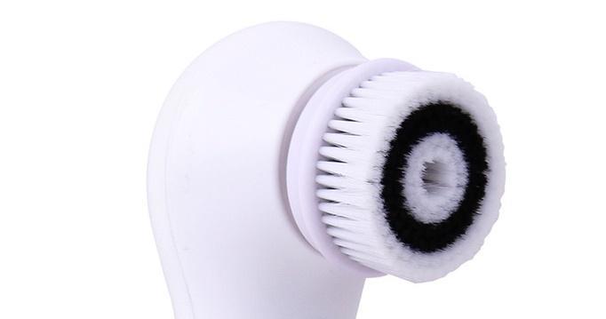Chassez les impuretés du visage grâce à une brosse nettoyante